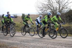 Sügisvihmadest oli kruusatee jalgrattaga sõitmiseks kohati üsna pehme, kuid kaheksa ratturit 14-st pidas ka sellele vastu ja sõitis nädalavahetusel ümber Saaremaa. Foto: Veljo Kuivjõgi